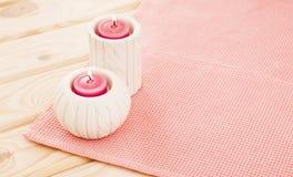 Piękne świeczki na różowym tle Zdjęcia Stock