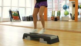 Piękne żeńskie nogi na kroku wsiadają podczas ćwiczenia zbiory wideo
