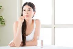 Piękne azjatykcie kobiety je witaminy pigułkę dla opieki zdrowotnej Zdjęcie Royalty Free