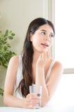 Piękne azjatykcie kobiety je witaminy pigułkę dla opieki zdrowotnej Zdjęcia Royalty Free