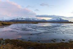 Piękne błękitne jeziorne pobliskie śnieżne góry w Hofn, Iceland Icelan zdjęcia stock