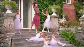 Piękne baleriny wynosili ćwiczenia na rozszerzeniu przed baletem na ganeczku szkoła zdjęcie wideo