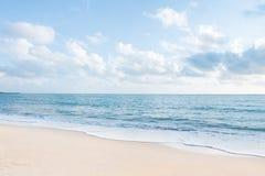 Piękne białe piaska oceanu i plaży fala z jasnym niebieskim niebem Obrazy Royalty Free