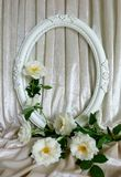 Piękne białe róże, rocznik ramy i tło aksamit, Zdjęcie Royalty Free