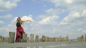 Piękne blondynki niezwykle pozy wśród zaniechanych solankowych basenów na ujściu zdjęcie wideo