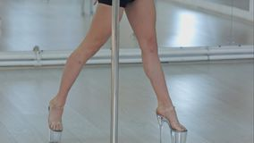 Piękne brunetek kobiety ćwiczy pozę w słup sprawności fizycznej klasie Zdjęcia Royalty Free