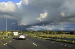 Piękne burz chmury nad wiejskimi drogami wewnątrz Obrazy Royalty Free
