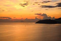 Piękne chmury i Kolorowy niebo przy wschód słońca w Nha Trang, Wietnam obrazy stock