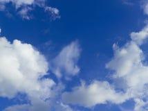 Piękne chmury i niebieskie niebo na słonecznym dniu Zdjęcie Stock