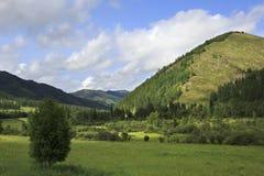 Piękne chmury nad Altai górami Zdjęcia Royalty Free