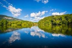 Piękne chmury nad Jeziornym nęceniem w Jeziornym nęceniu, Pólnocna Karolina obrazy stock