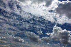 Piękne chmury przeciw niebieskiego nieba tłu Niebieskie niebo z chmurną pogodą, natury chmura Biali chmury, niebieskie niebo i sł Zdjęcie Stock