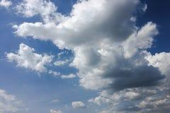 Piękne chmury przeciw niebieskiego nieba tłu Niebieskie niebo z chmurną pogodą, natury chmura Biali chmury, niebieskie niebo i sł Obrazy Stock