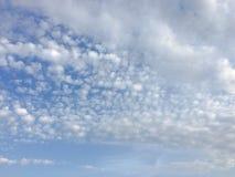 Piękne chmury przeciw niebieskiego nieba tłu Niebieskie niebo z chmurną pogodą, natury chmura Biali chmury, niebieskie niebo i sł Fotografia Royalty Free