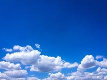 Piękne chmury przeciw niebieskiego nieba tłu Niebieskie niebo z chmurną pogodą, natury chmura Biali chmury, niebieskie niebo i sł Obraz Royalty Free