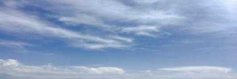 Piękne chmury przeciw niebieskiego nieba tłu Niebieskie niebo z chmurną pogodą, natury chmura Biali chmury, niebieskie niebo i sł Zdjęcia Stock