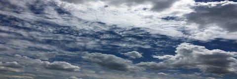 Piękne chmury przeciw niebieskiego nieba tłu Niebieskie niebo z chmurną pogodą, natury chmura Biali chmury, niebieskie niebo i sł Obraz Stock