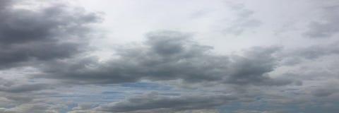 Piękne chmury przeciw niebieskiego nieba tłu Niebieskie niebo z chmurną pogodą, natury chmura Biali chmury, niebieskie niebo i sł Zdjęcie Royalty Free