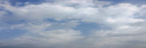 Piękne chmury przeciw niebieskiego nieba tłu Niebieskie niebo z chmurną pogodą, natury chmura Biali chmury, niebieskie niebo i sł Obrazy Royalty Free