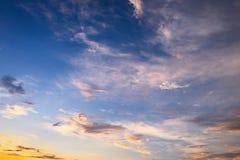 Piękne chmury przeciw niebieskiego nieba tłu Obłoczny niebo Niebieskie niebo z chmurami pogody, natury chmura Białe chmury, niebi Fotografia Stock