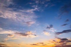 Piękne chmury przeciw niebieskiego nieba tłu Obłoczny niebo Niebieskie niebo z chmurami pogody, natury chmura Białe chmury, niebi Zdjęcie Royalty Free