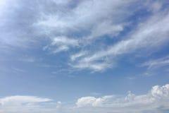 Piękne chmury przeciw niebieskiego nieba tłu Obłoczny niebo Niebieskie niebo z chmurami pogody, natury chmura Białe chmury, niebi Obrazy Royalty Free