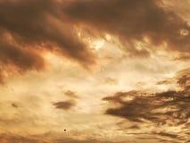 Piękne ciężkie chmury przy zmierzchem fotografia stock