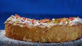 piękne ciasto Kawałek jabłczany kulebiak na zmroku - błękitny tło Jabłczany kulebiak z orzechów włoskich goleniami zbiory wideo