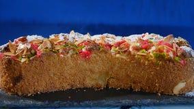 piękne ciasto Kawałek jabłczany kulebiak na zmroku - błękitny tło Jabłczany kulebiak z orzechów włoskich goleniami zdjęcia royalty free