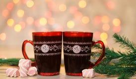 Piękne czerwone filiżanki z kawą i marshmallow Obraz Royalty Free