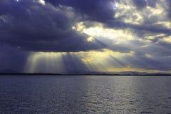 Piękne dżdżyste chmury z światłem słonecznym nad morzem Fotografia Royalty Free