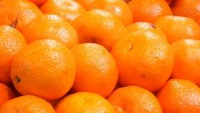 Piękne dojrzałe pomarańcze przy rynku kramem pomarańczowe tło owoc zbiory
