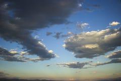 Piękne duże chmury i niebieskie niebo z górami i blask księżyca obrazy royalty free