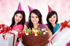 Piękne dziewczyny świętują urodziny fotografia stock