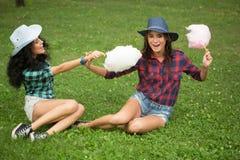 Piękne dziewczyny je bawełnianego cukierek w kowbojskich kapeluszach Zdjęcie Royalty Free