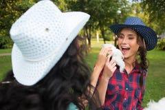 Piękne dziewczyny je bawełnianego cukierek w kowbojskich kapeluszach Obrazy Stock