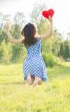 piękne dziewczyny jumping Trzymający serce w jego ręki Fotografia Royalty Free