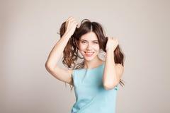Piękne dziewczyny mienia ręki, ich włosy Fotografia Royalty Free