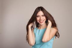 Piękne dziewczyny mienia ręki, ich włosy Obrazy Stock