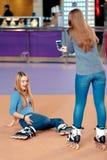 Piękne dziewczyny na rollerdrome zdjęcia royalty free
