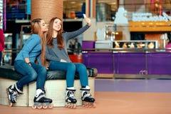 Piękne dziewczyny na rollerdrome zdjęcia stock