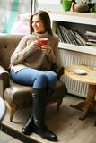 piękne dziewczyny young Pić coffeee przy kawiarnią obraz stock