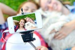 Piękne dziewczyny z psy brać obrazkami jej jaźń Zdjęcie Stock