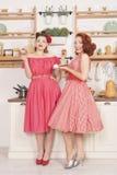 Piękne eleganckie retro kobiety stoi w ich ono uśmiecha się i kuchni zdjęcia stock