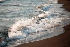 Piękne fala morze pienią się na piaskowatym brzeg Obrazy Royalty Free