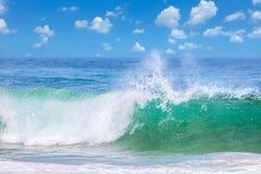 Piękne fala w ciepłej wodzie morskiej, lato Obrazy Stock