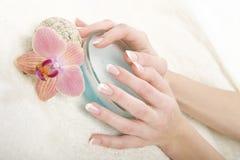 piękne francuskie ręki robią manikiur perfect fotografia royalty free