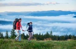 Piękne góry Carpathians w ranku i potomstwo pary odprowadzeniu na zielonym śladzie zaparowywają Obraz Royalty Free