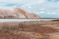 Piękne góry w pustyni z krakingową ziemią na tle niebieskie niebo Zdjęcia Stock