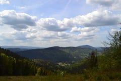 Piękne góry z błękitnymi chmurami obrazy stock